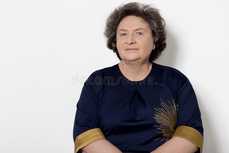 Portret van mooie elegante vrouw in een well-kept oudere srudii op een witte achtergrond met make-up en zonder make-up royalty-vrije stock fotografie