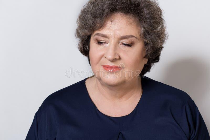 Portret van mooie elegante vrouw in een well-kept oudere srudii op een witte achtergrond met make-up en zonder make-up royalty-vrije stock afbeeldingen