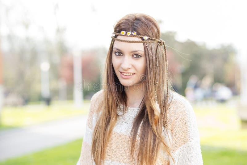 Portret van mooie en glimlachende jonge vrouw, modieuze hippie, o stock foto