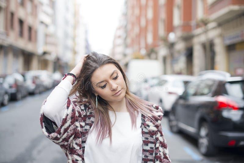Portret van mooie fasuion jonge vrouw in de straat royalty-vrije stock foto