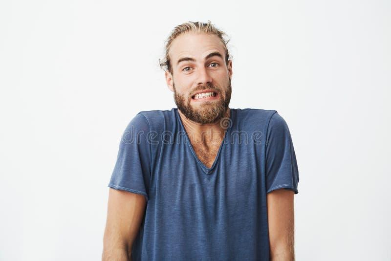 Portret van mooie gebaarde kerel met in kapsel het grappige stellen voor artikel universitaire krant Gezichtsuitdrukkingen stock foto's