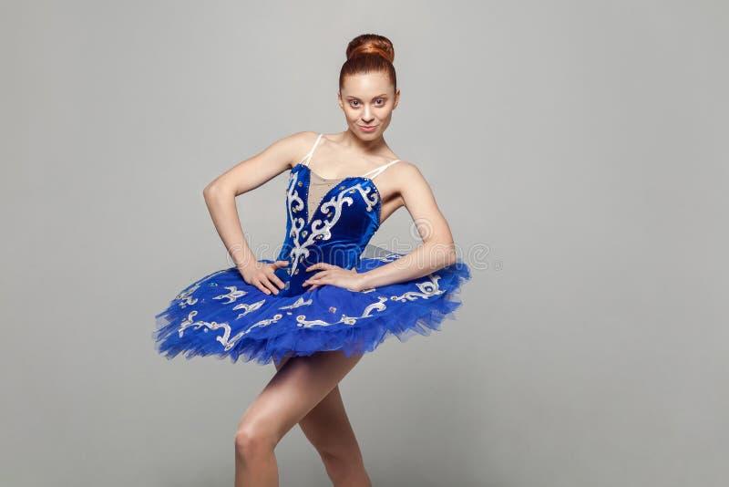 Portret van mooie gelukkige ballerinavrouw in blauw kostuum met stock afbeelding