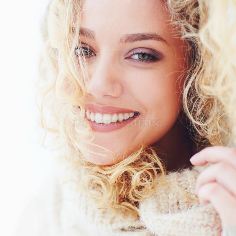 Portret van mooie gelukkige vrouw met krullend haar en aanbiddelijke glimlach royalty-vrije stock fotografie