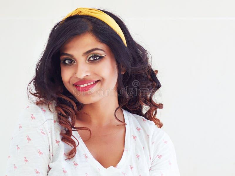 Portret van mooie glimlachende jonge Indische vrouw royalty-vrije stock afbeelding
