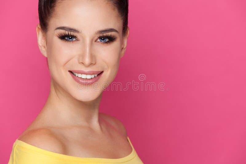 Portret van mooie glimlachende jonge vrouw royalty-vrije stock foto