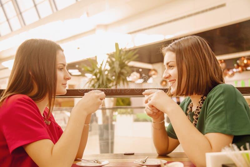 Portret van mooie glimlachende jonge vrouwen met koffiekoppen in mede royalty-vrije stock foto's