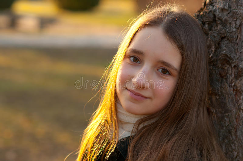 Portret van mooie glimlachende tiener stock afbeelding