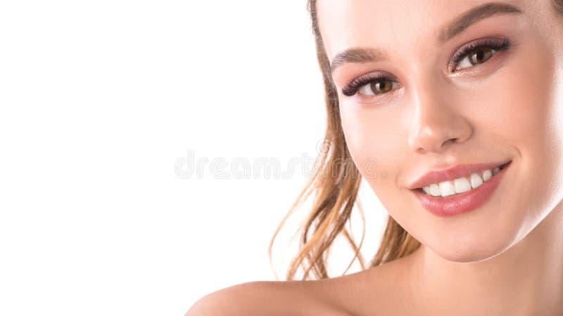 Portret van mooie glimlachende vrouw met perfecte witte tanden met ruimte voor tekst Jong mooi Kaukasisch vrouwelijk model stock fotografie