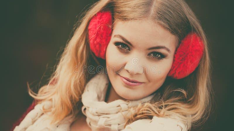 Portret van mooie glimlachende vrouw in rode oorbeschermers royalty-vrije stock fotografie