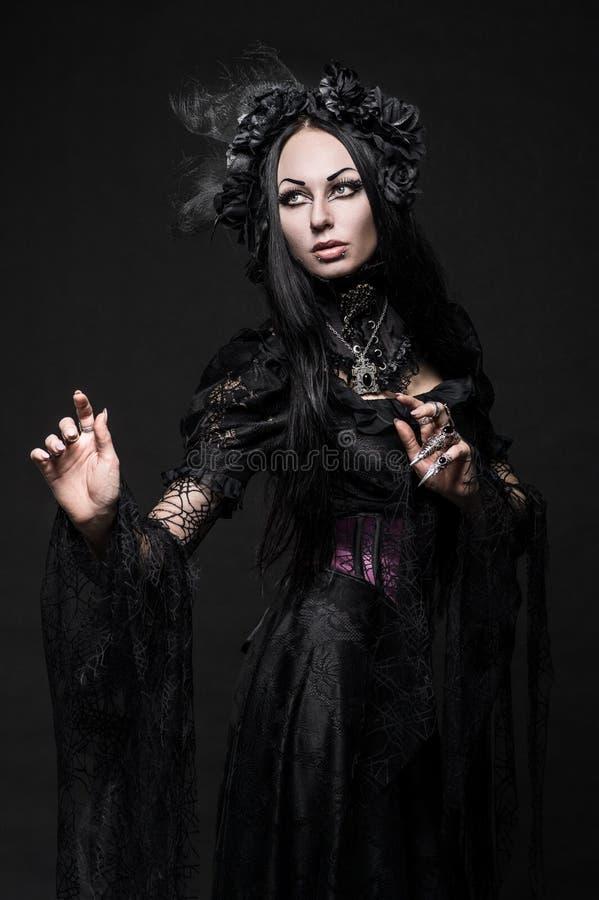 Portret van mooie Gotische vrouw in donkere kleding royalty-vrije stock afbeeldingen