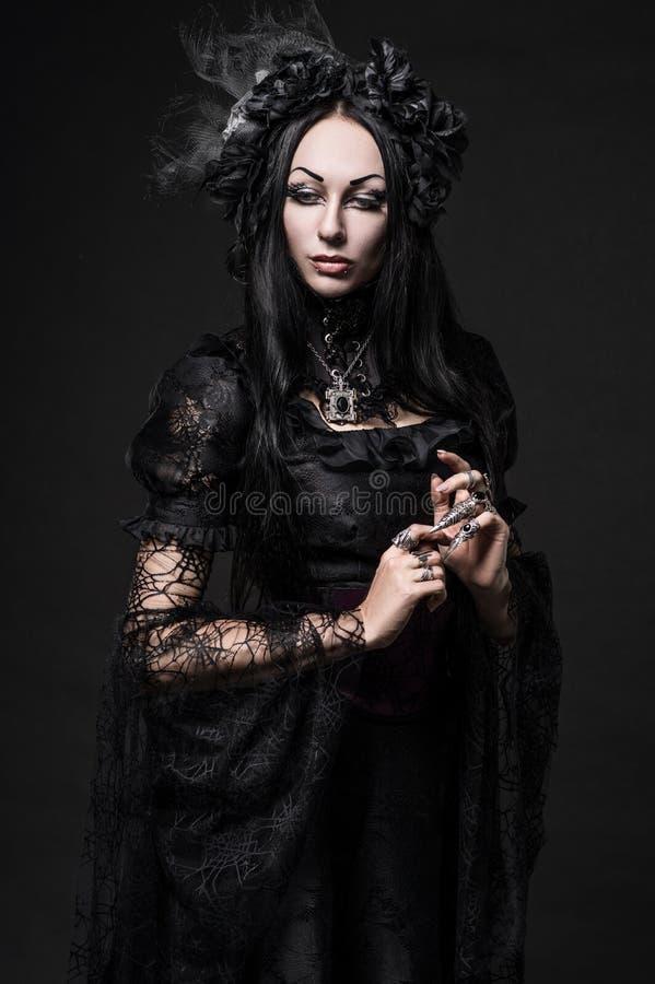 Portret van mooie Gotische vrouw in donkere kleding royalty-vrije stock foto