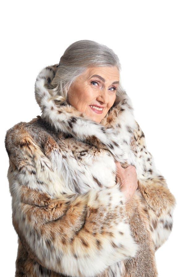 Portret van mooie hogere vrouw in bontjas stock afbeeldingen