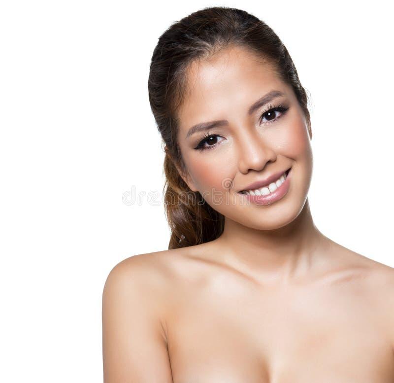 Portret van mooie jonge Aziatische geïsoleerde vrouw met duidelijke huid royalty-vrije stock fotografie