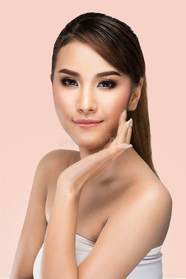 Portret van Mooie Jonge Aziatische Vrouw die Camera bekijken Zuiver Schoonheidsmodel stock foto