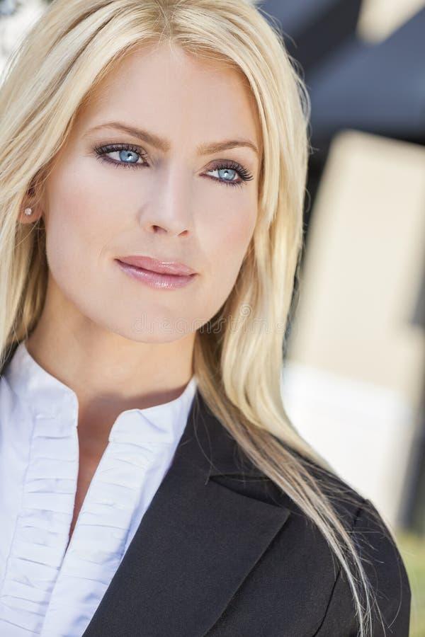 Portret van Mooie Jonge Blonde Vrouw met Blauwe Ogen royalty-vrije stock fotografie