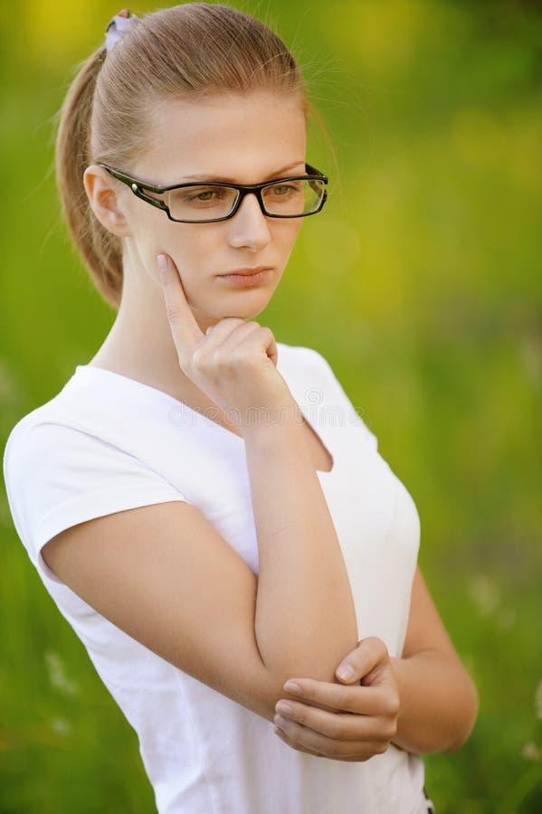 Portret van mooie jonge blonde vrouw in oogglazen royalty-vrije stock fotografie