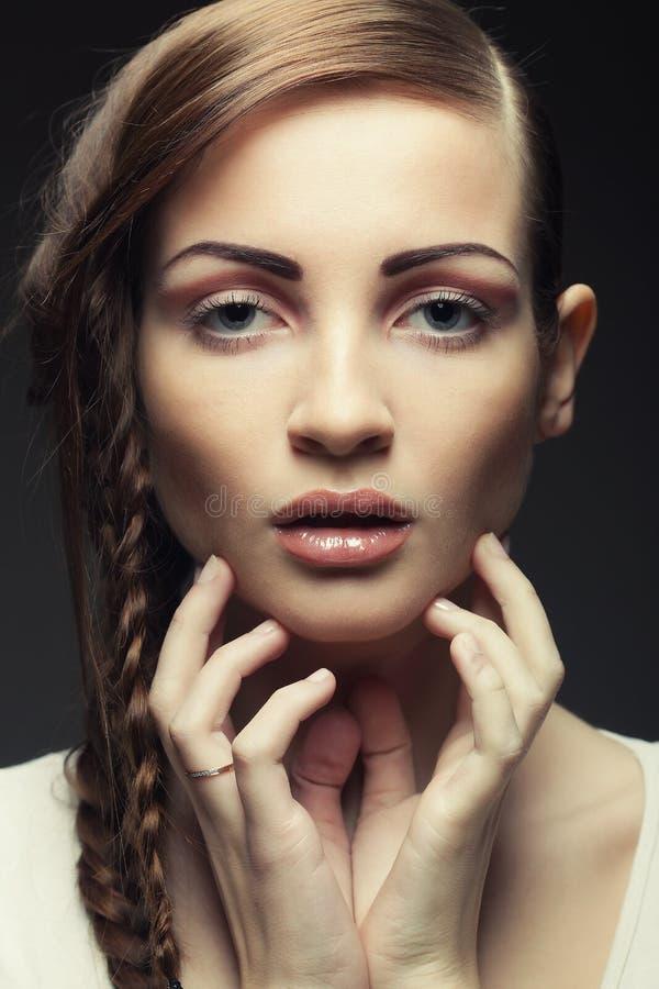 Portret van mooie jonge blondevrouw met creatieve vlechten Ha stock afbeelding