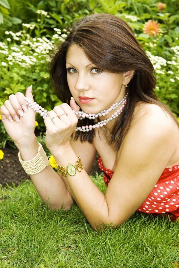 Download Portret Van Mooie Jonge Dame Stock Afbeelding - Afbeelding bestaande uit verrukking, bloem: 10779369