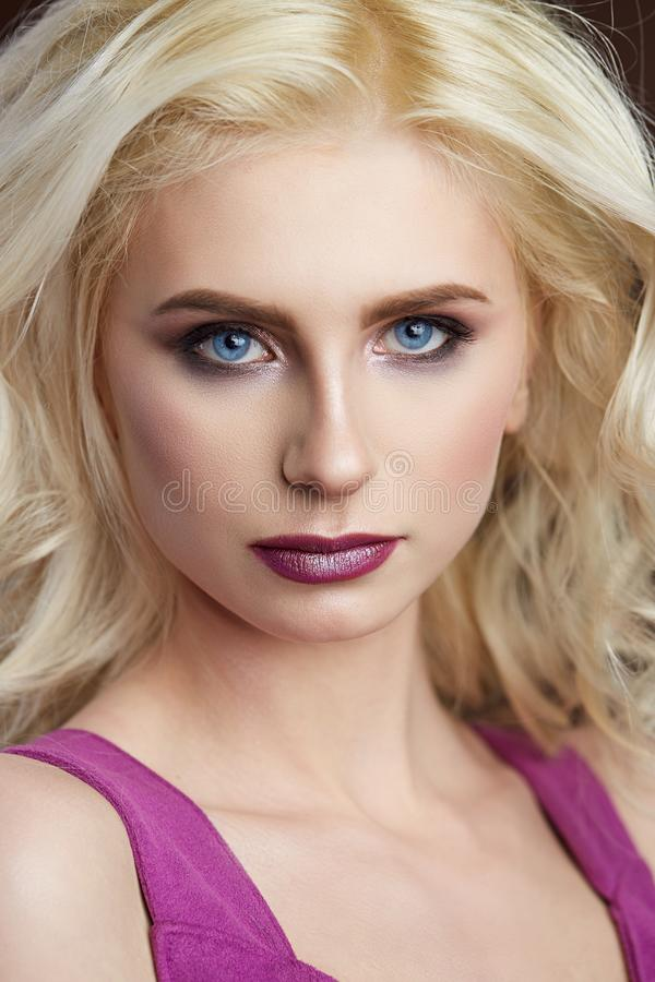 Portret van mooie jonge de Manierfoto van het blondemeisje royalty-vrije stock fotografie