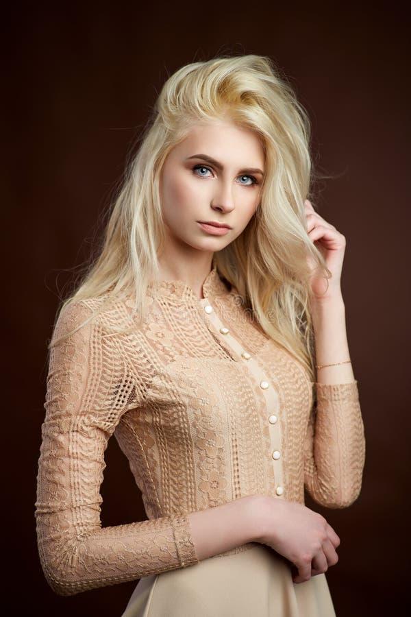 Portret van mooie jonge de Manierfoto van het blondemeisje stock foto