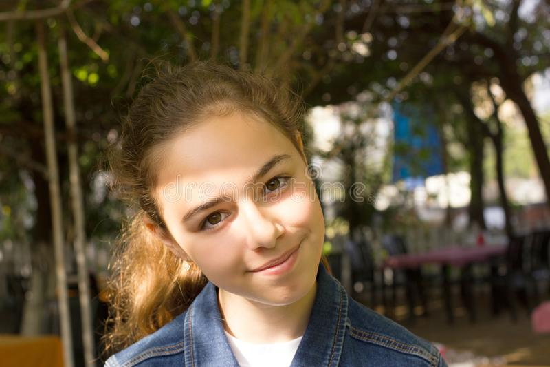 Portret van mooie jonge dichte omhooggaand van het tiener Turkse meisje royalty-vrije stock foto