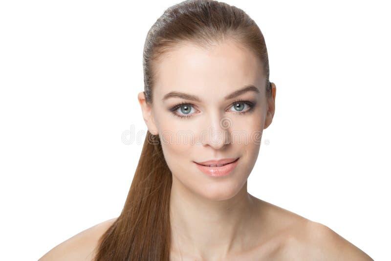 Portret van Mooie Jonge die Geïsoleerd Vrouw, op Witte Bedelaars wordt gecentreerd stock fotografie