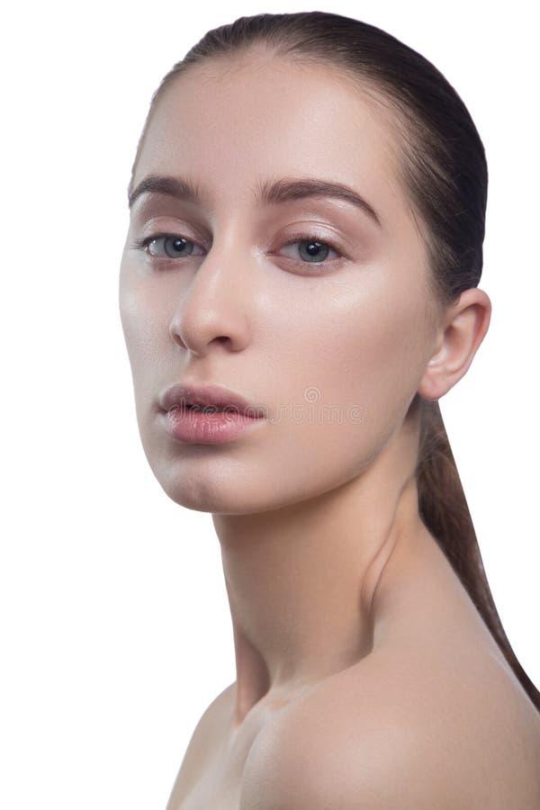 Portret van mooie jonge donkerbruine vrouw met schoon gezicht Beauty spa modelmeisje met perfecte verse schone huid looking royalty-vrije stock foto