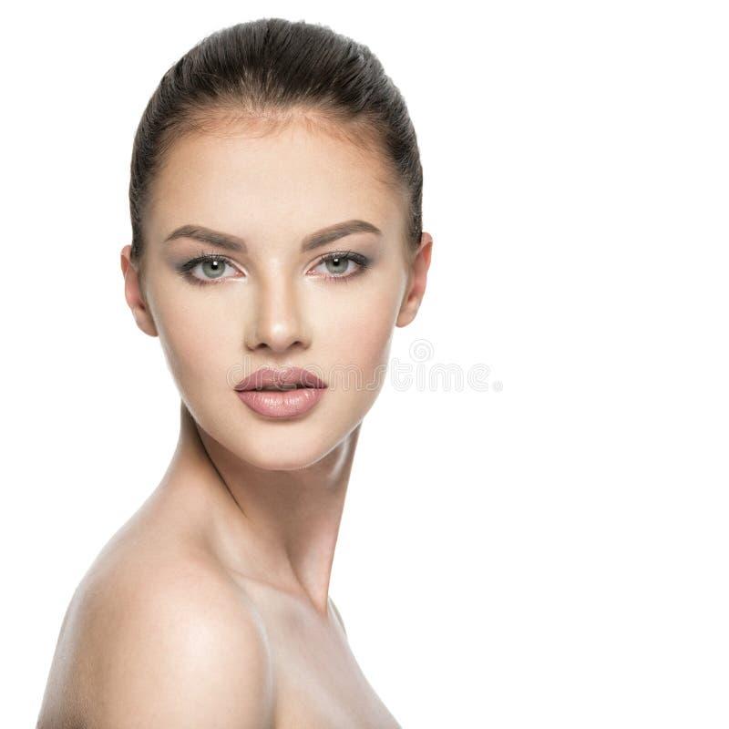 Portret van mooie jonge donkerbruine vrouw met schoonheidsgezicht stock foto