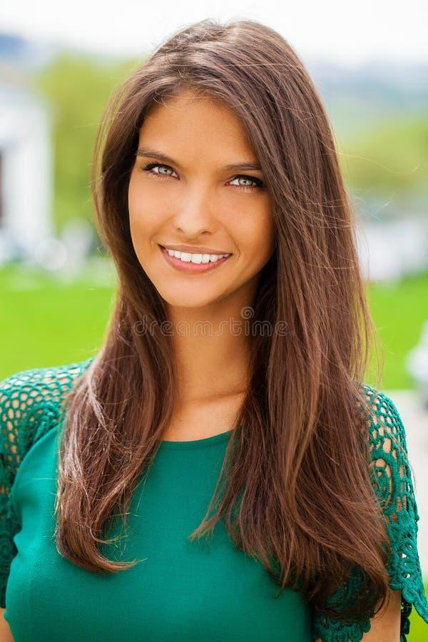 Portret van mooie jonge gelukkige vrouw royalty-vrije stock afbeelding