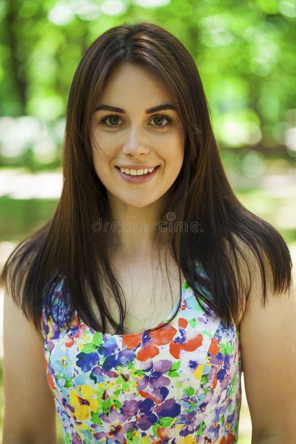 Portret van mooie jonge gelukkige vrouw royalty-vrije stock fotografie
