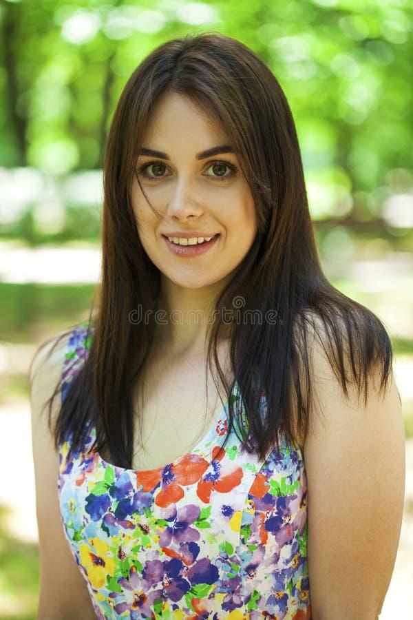 Portret van mooie jonge gelukkige vrouw royalty-vrije stock foto's