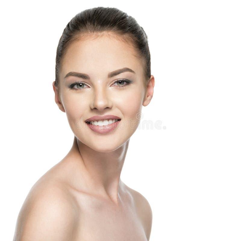 Portret van mooie jonge glimlachende vrouw met schoonheidsgezicht stock afbeelding