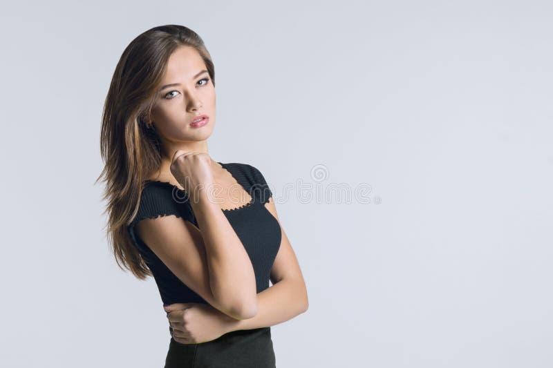 Portret van mooie jonge Kaukasische vrouw, meisje die de camera, witte achtergrondexemplaarruimte bekijken stock foto's
