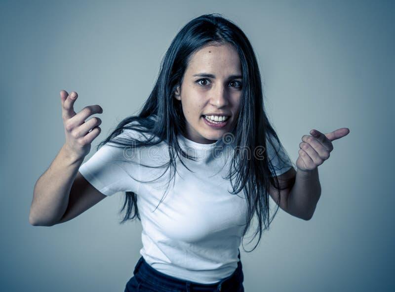 Portret van mooie jonge Latijnse vrouw met boos en woedend gezicht Menselijke uitdrukkingen en emoties stock foto