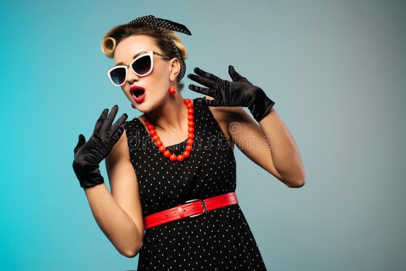 Portret van mooie jonge verraste vrouw, gekleed in speld-omhooggaande stijl stock fotografie