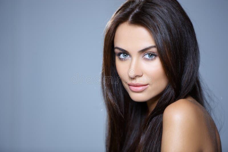 Portret van mooie jonge vrouw stock fotografie