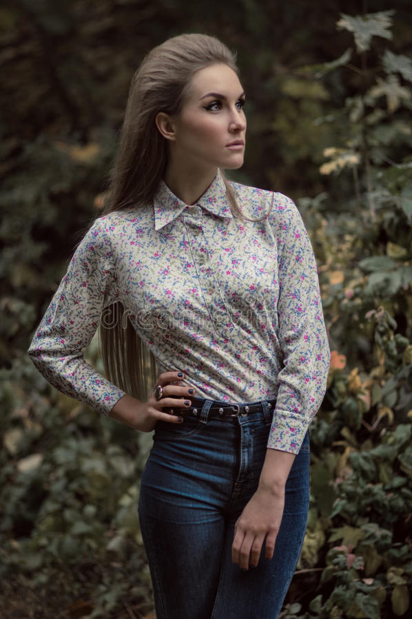 Download Portret Van Mooie Jonge Vrouw Stock Foto - Afbeelding bestaande uit groen, elegant: 54080678