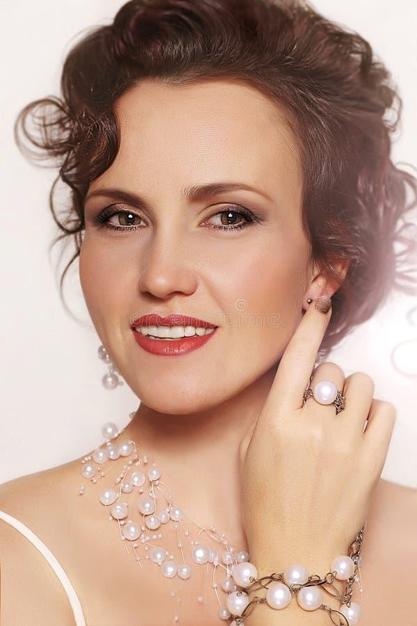Portret van mooie jonge vrouw stock foto's