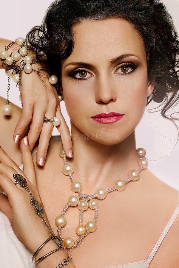 Portret van mooie jonge vrouw stock afbeelding