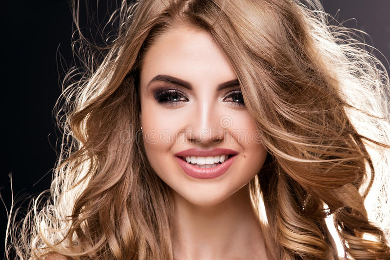 Portret van mooie jonge vrouw royalty-vrije stock foto's