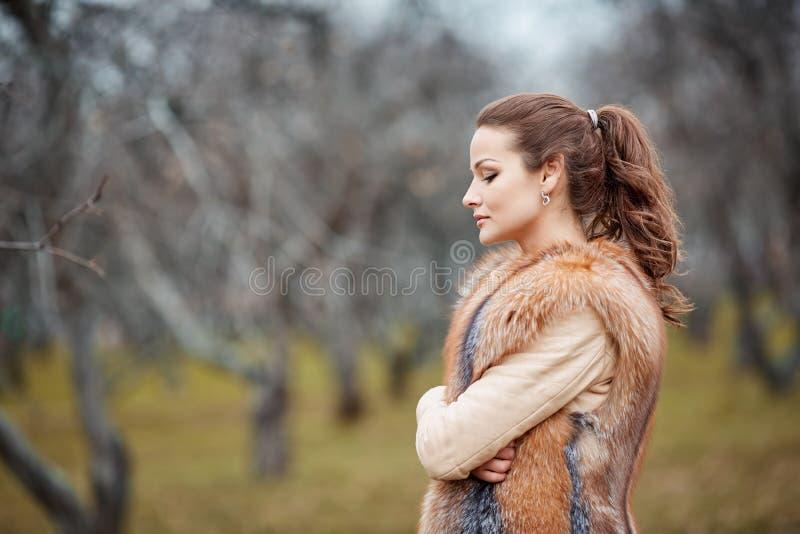 Portret van mooie jonge vrouw in bont royalty-vrije stock foto's