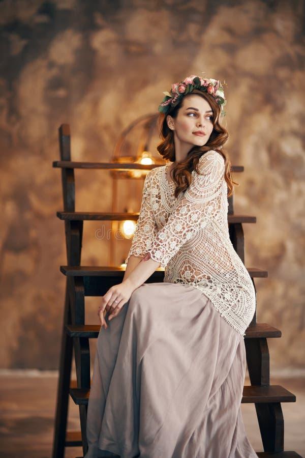 Portret van mooie jonge vrouw in de kleding van de bohostijl royalty-vrije stock afbeeldingen