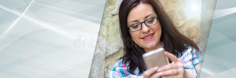 Portret van mooie jonge vrouw die telefoon, lichteffect met behulp van Panoramische banner stock afbeeldingen