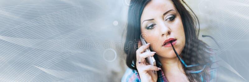 Portret van mooie jonge vrouw die telefoon, lichteffect met behulp van Panoramische banner royalty-vrije stock afbeeldingen
