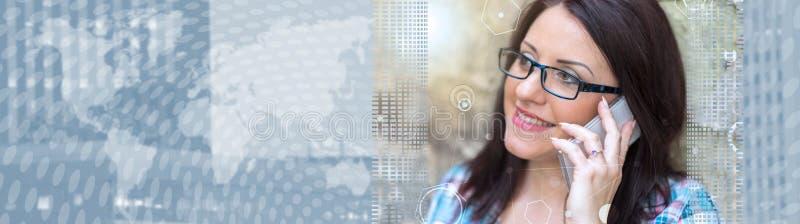 Portret van mooie jonge vrouw die telefoon, lichteffect met behulp van Panoramische banner stock fotografie