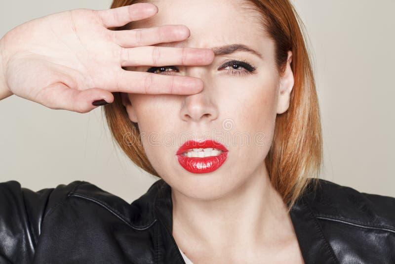 Download Portret Van Mooie Jonge Vrouw In Leerjasje Stock Afbeelding - Afbeelding bestaande uit mooi, schoonheid: 54079247