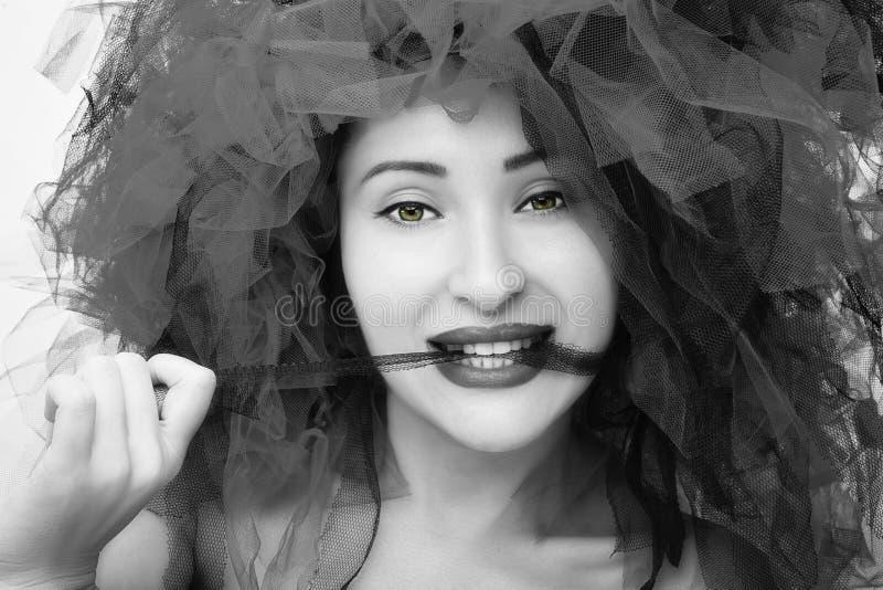 Portret van mooie jonge vrouw Manierfoto in zwart-witeffect stock foto