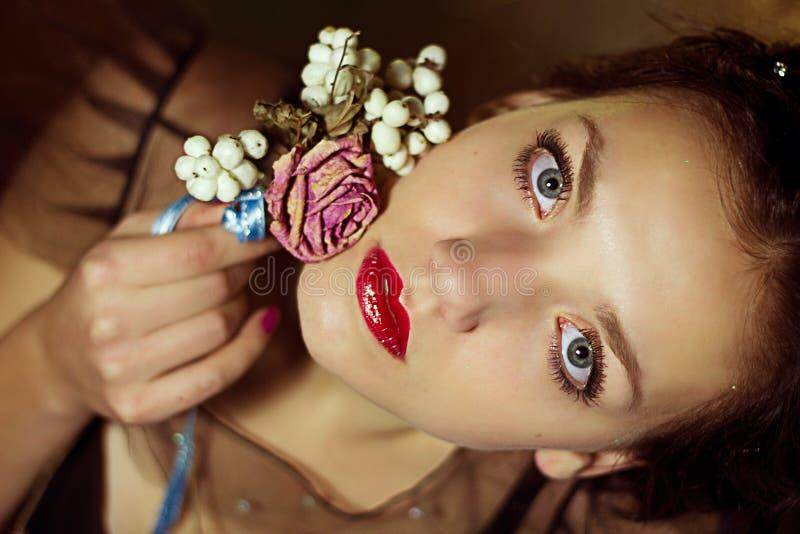 Portret van mooie jonge vrouw met bloemen stock foto's