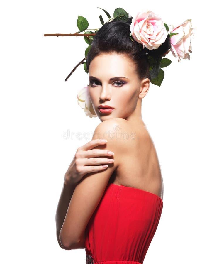 Portret van mooie jonge vrouw met bloemen in haar. royalty-vrije stock afbeeldingen