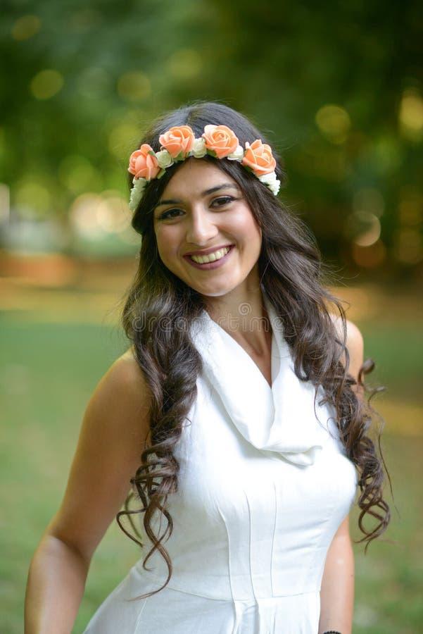 Portret van mooie jonge vrouw met bloemenkroon in aard royalty-vrije stock foto's